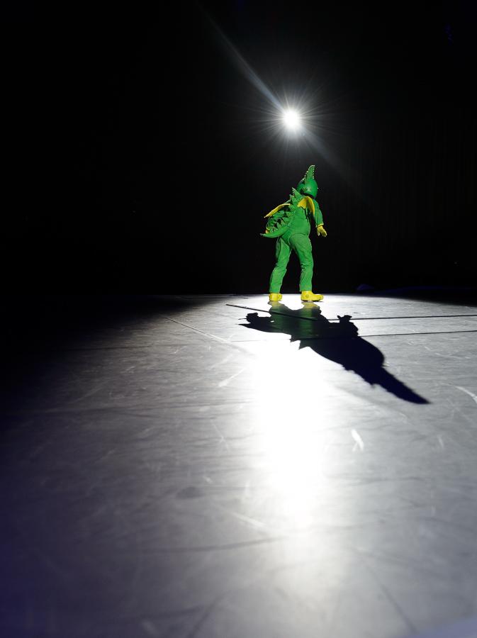 Tabaluga alleine im Scheinwerferlicht.