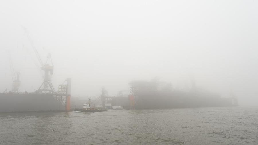 Ein Trockendock im Nebel, von einer HADAG Elbfähre aus gesehen.